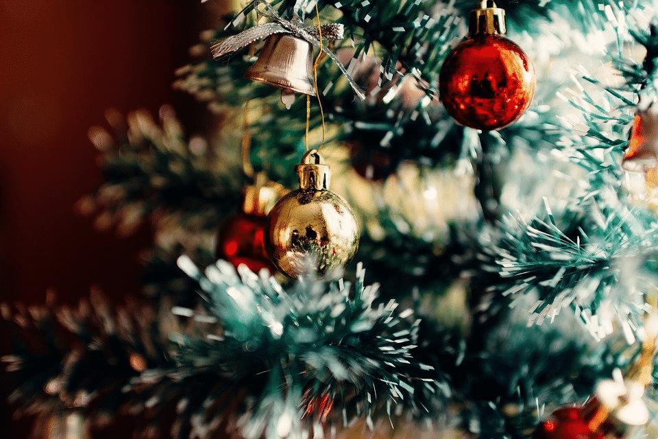 como limpiar los adornos del arbol de navidad