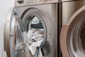 lavar en lavadora ropa de trabajo muy sucia